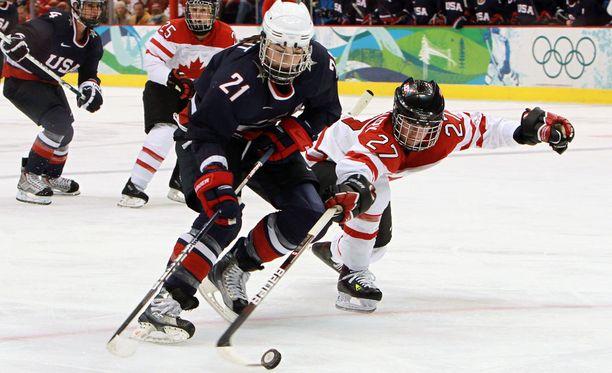 USA:n Hilary Knight (21) on tottunut taistelemaan Kanadaa vastaan MM- ja olympiafinaaleissa. Nyt USA uhkaa jäädä pois kotikisoistaan.