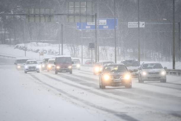 Maan etelä- ja keskiosassa on voimassa liikennesään varoitus, kertoo Ilmatieteen laitos. Kuvituskuva