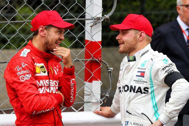 Sebastian Vettel ja Valtteri Bottas juttelivat toverillisesti Monacon F1-osakilpailun alla.