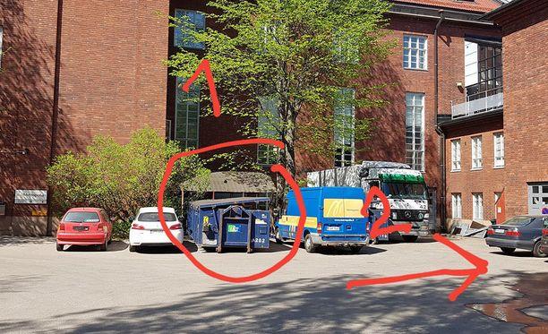 Arvokkaita astioita löytyi oppilaitoksen sisäpihalta ainakin kahdesta roskalavasta.