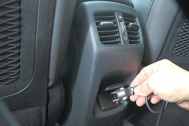Keskikonsolin takaosaan voi kytkeä tavallisen 220-volttisen pistokkeen.