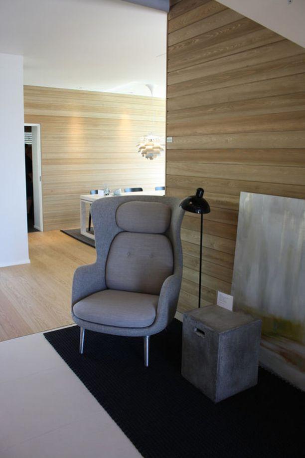 Tilasta tulee komeasti yhtenäinen kun parketti ja seinien puupanelointi ovat samanväriset.