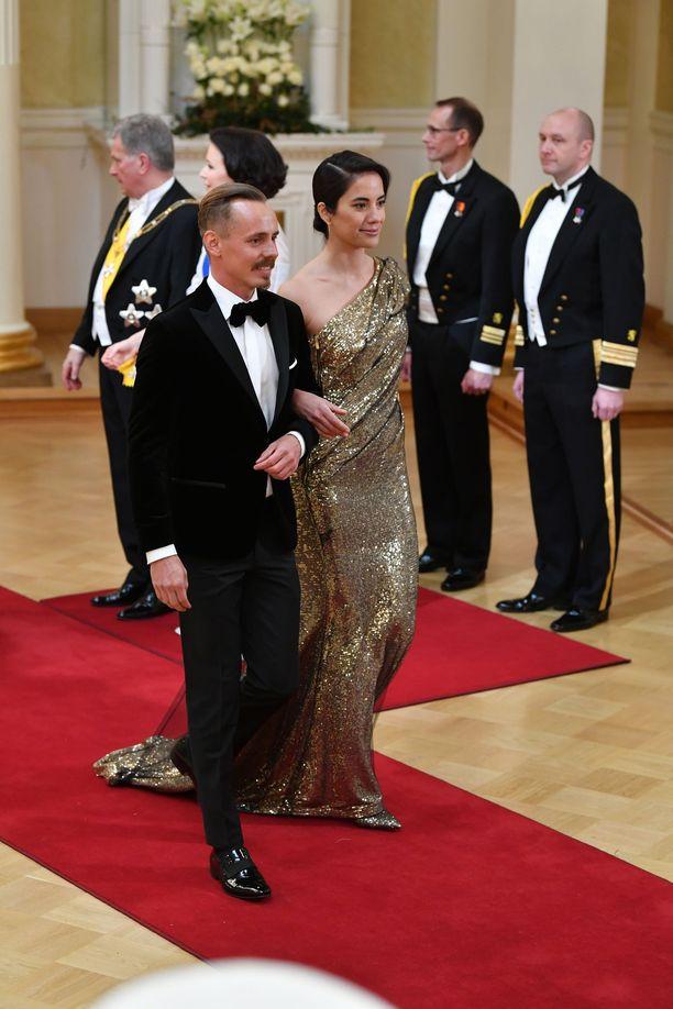 Jasper Pääkkönen ja Alexandra Escat ovat yksi illan näyttävimmistä pareista.