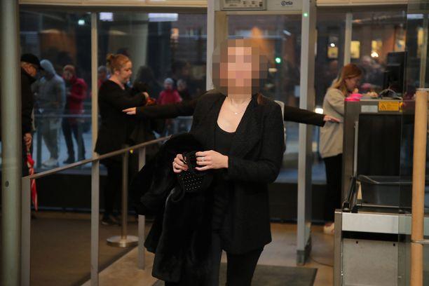Niko Ranta-ahon sisko saapumassa käräjäoikeuteen ensimmäisenä käsittelypäivänä.