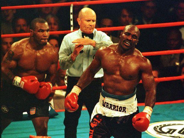 Kehätuomari Mills Lane (kehätuomari) diskasi Mike Tysonin (vasemmalla) sen jälkeen, kun tämä oli toistamiseen purrut Evander Holyfieldia korvasta.