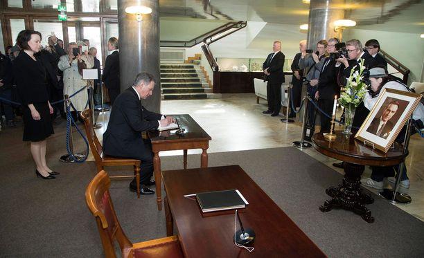 Presidentti Sauli Niinistö ja hänen puolisonsa Jenni Haukio kirjoittivat nimensä presidentti Mauno Koiviston muistokirjaan.