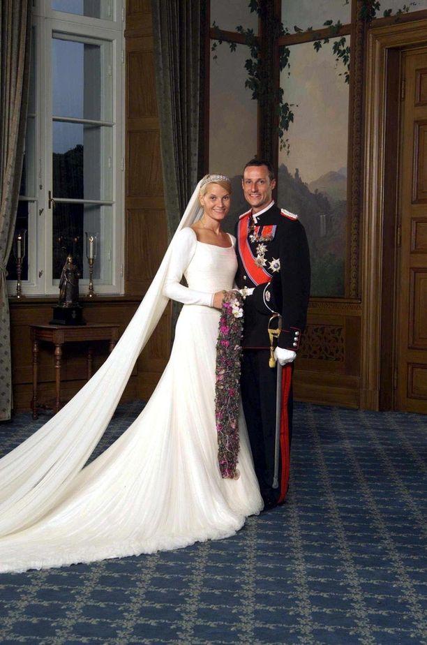 Norjassa juhlittiin prinsessa Mette-Maritin ja prinssi Haakonin häitä vuonna 2001. Mette-Maritilla oli erikoinen, roikkuva hääkimppu.