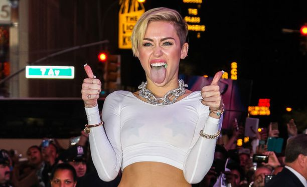 Miley Curys viihtyy kieli ulkona.