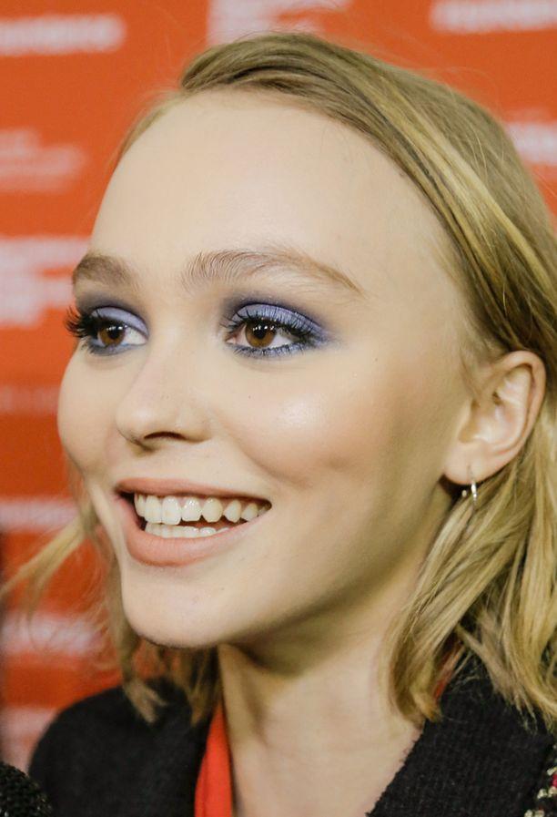 Lily Rose Deppin vaaleanruskeat silmät säihkyvät laventelinsävyjen rinnalla.