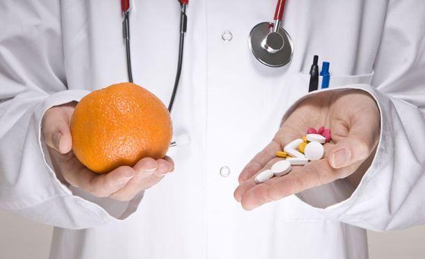 Auttaako C-vitamiini paremmin flunssaan, jos sen saa appelsiinista eikä apteekin purnukasta?