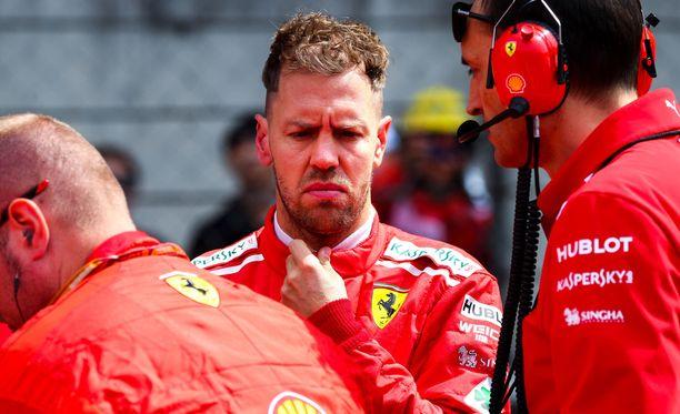 Sebastian Vettel (kuvassa) jäi kahdeksanneksi Max Verstappenin töhöilyn jäljiltä.