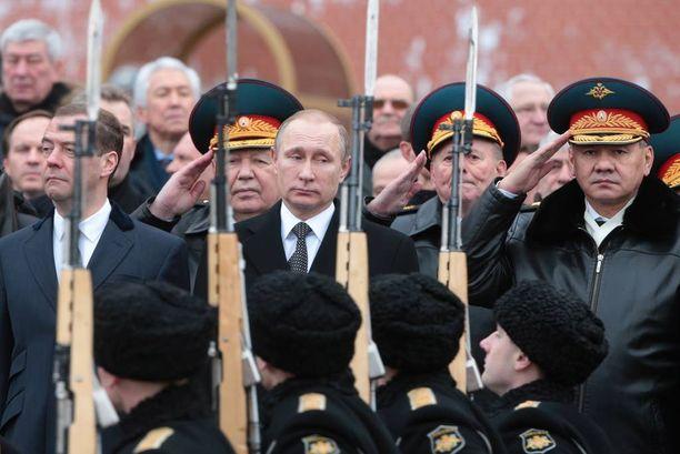 Vladimir Putinin sisäpiiriin kuuluu puolustusministeri Sergei Shoigu (oikealla). Pääministeri Dmitri Medvedevin ja Putinin välit ovat viilenneet.
