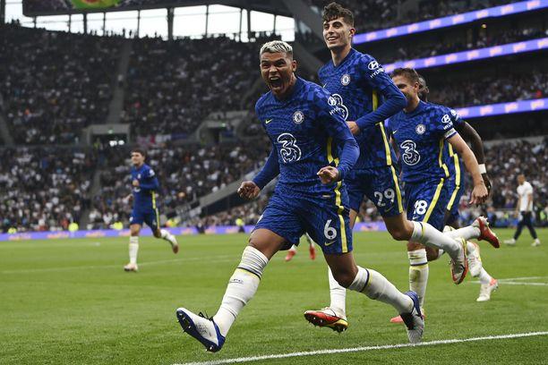 Chelsean Thiago Silva (vas.) tuuletti voittomaaliaan Tottenham Hotspur Stadiumilla.