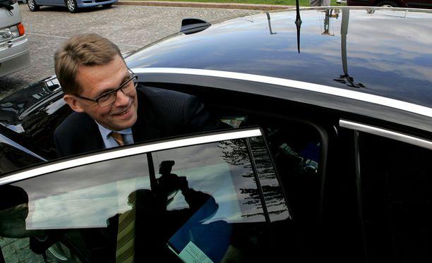 Suomalaiset luopuisivat kansanedustajien verottomista kulukorvauksista. Kuvassa entinen pääministeri, nykyinen kansanedustaja Matti Vanhanen astumassa ministeri-Audiin vuonna 2007.