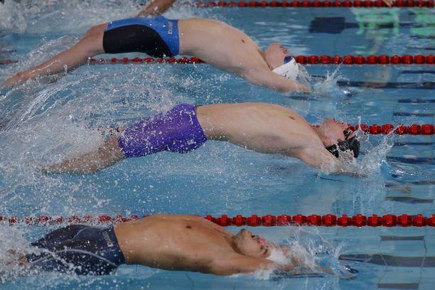 Antti Latikka (kuvassa alimpana) kisasi Tokion paralympialaisten S13-luokan satasen uintifinaalissa.