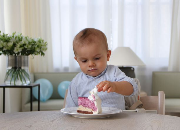 Synttärikakkua hypistelevä prinssi Oscar vuoden vanhana.