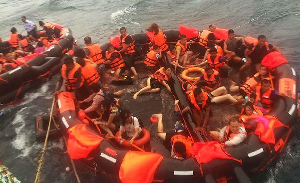 Thaimaan Phuketissa eilen torstaina sattuneen onnettomuuden jälkeen useita on edelleen kateissa.
