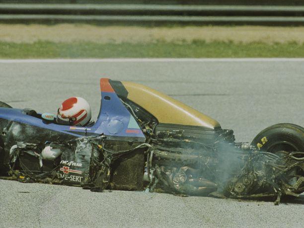 Roland Ratzenberger kärsi aika-ajoissa sattuneessa onnettomuudessa vakavat vammat. Tv-kuvista näkyi, miten hänen päänsä pyöri ohjaamossa iljettävällä tavalla.