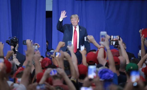Presidentti Donald Trump tervehtii kannattajiaan Olentabgy Orange -koululla Ohiossa.