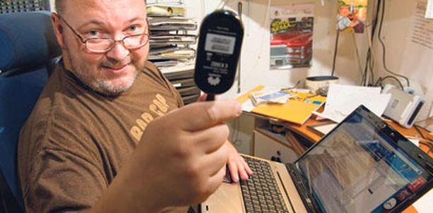 – Ei tässä kummempia laitteita tarvita. Kiittävä palautemäärä on valtava, luonnehtii parikymmentä vuotta radioalalla ollut toimittaja Jami Kananen varastostudiossaan.
