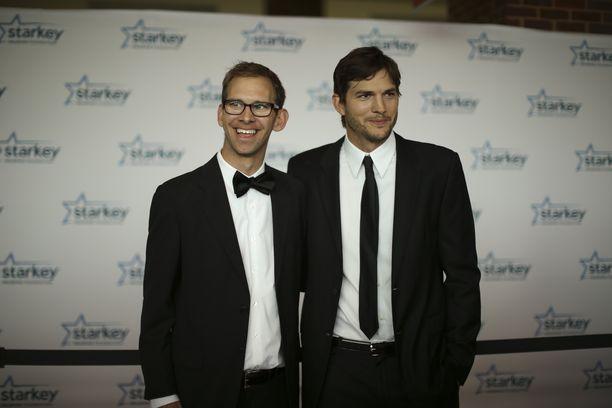 Ashton Kutcher tunnetaan esimerkiksi elokuvista Näin ystävien kesken ja Tapahtui Vegasissa. Vierellä Michael-veli.
