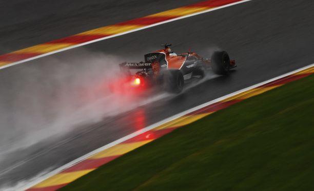 Fernando Alonso kokeili myös sadekelin tuntumaa Span rataan.