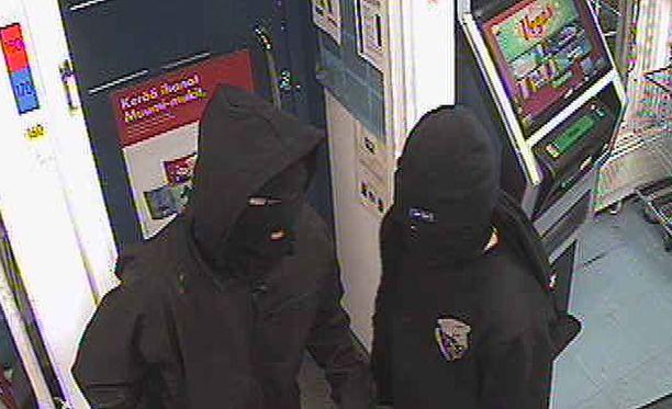Kaksi ryöstöä yrittänyttä 16-17-vuotiasta naamioitunutta nuorta tallentui Pukkilan kaupan valvontakameraan.