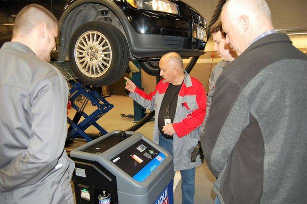 Työnohjaaja Tapio Lehtorinta esittelee automaattivaihteiston huoltoa täysautomaattisen Liqui Moly GearTronic II -öljynvaihtolaitteen avulla.