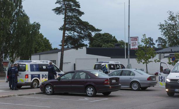 Kotkan Karhulassa oli lauantai-iltana suuri poliisioperaatio, jossa otettiin kiinni ampuma-aseita vieneitä murtovarkaita. Varkaat veivät aseet omakotitalosta Haminasta noin iltakahdeksan aikaan lauantaina.