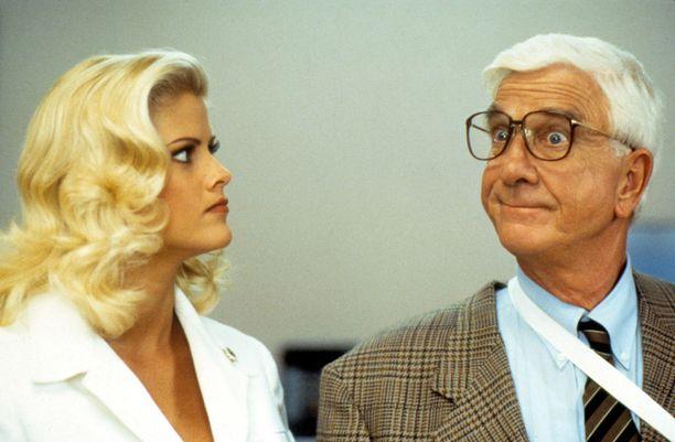Mies ja alaston ase 33 1/3 - Viimeinen solvaus -elokuvassa Anna Nicole näytteli roiston naisystävää. Vierellä elokuvan hupiveikko Leslie Nielsen.