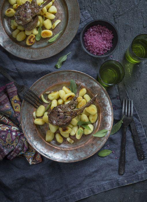 Gnoccheja voi valmistaa monella eri tapaa. Kuvassa gnocchit lampaankareen kanssa.