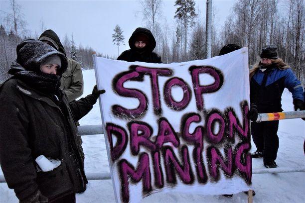 Kultakaivoksen vastustajat ovat sulkeneet pääsyn kaivokselle lukittautumalla sinne johtavalle tielle.