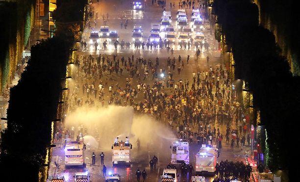 Poliisi käytti vesitykkejä rauhoittaakseen kansaa maailmanmestaruuden ratkettua.