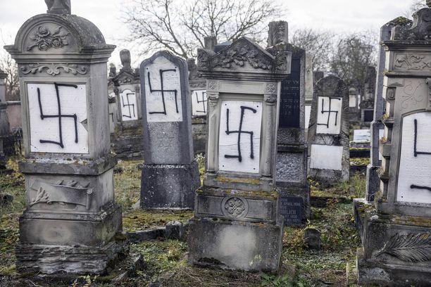 Ilkivallantekijät häpäisivät kaiken kaikkiaan 37 hautakiveä hakaristein ja juutalaisvastaisin symbolein. Myös holokaustin uhrien muistomerkki joutui töhrityksi.