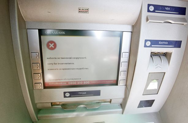 Iskut alkoivat Ukrainassa ja Venäjällä. Kaikki pankkiautomaatit eivät eilen toimineet Ukrainassa iskun takia.