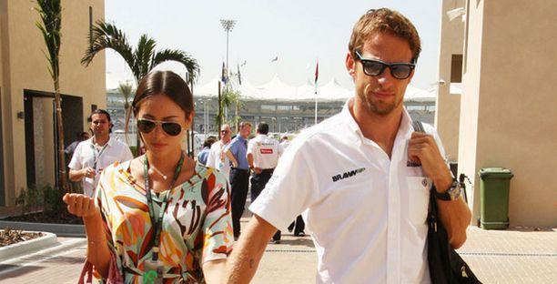 Jenson Button otti tuntumaan Abu Dhabin rataan tulevaksi vaimokseen huhutun Jessica Michibatan, 24, kanssa.