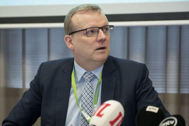 THL:n Markku Tervahauta suosittaa ulkoilijoille kasvomaskia.