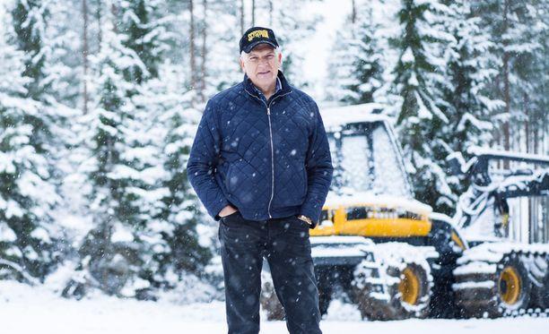"""Kajaanissa tiluksillaan kuvattu Harri Suutari sanoo """"sortuneensa hyvin vähän avustuspuoleen""""."""