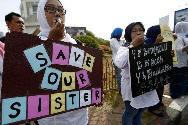 Ihmiset ovat osoittaneet mieltään seksuaalista väkivaltaa vastaan eri puolilla Indonesiaa. Kuva on Banda Acehista kahden viikon takaa.