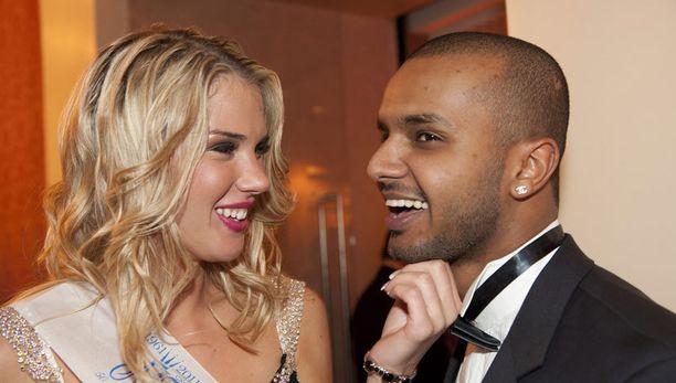 Anni Uusivirta valittiin Miss Suomi -kisojen lehdistön ihannetytöksi viime vuonna. Mohamed oli ensimmäisten joukossa onnittelemassa.