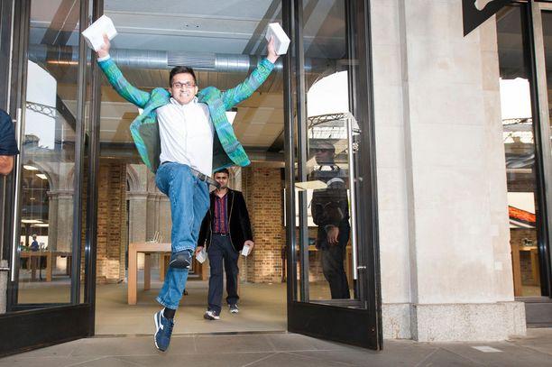 Ihmiset riemuitsivat Lontoossa vuonna 2014, kun he onnistuivat saamaan uuden Iphone 6 -puhelimen ensimmäisten joukossa.