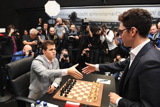 Magnus Carlsen (vas.) voitti jälleen shakin maailmanmestaruuden. Vuodesta 2013 titteliä hallinnut superlahjakkuus päihitti MM-ottelussa Fabiano Caruanan.