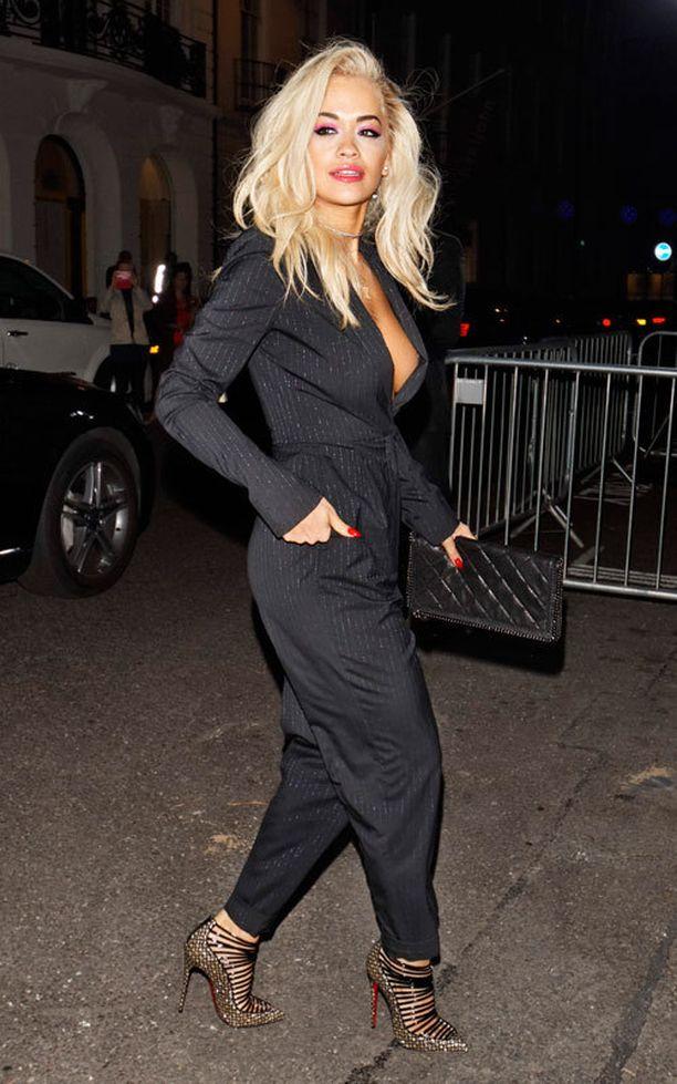 Lökömalliset suorat housut ja jakku. Rita Oran jakkupukutyyli on makea.
