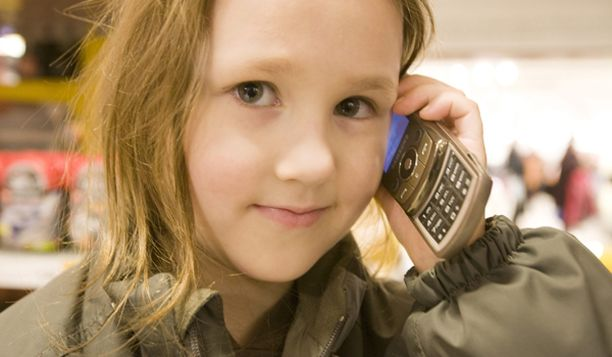 Suomessakin suositetaan, että lapset kirjoittasivat enemmän tekstiviestejä kännykkään puhumisen sijaan.