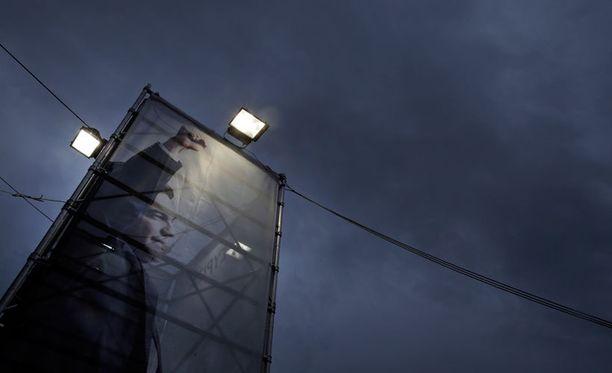Ateenan keskustassa kymmenien metrien korkuinen kuva Syriza-puolueen johtajasta Alexis Tsipraksesta kannustaa kreikkalaisia vaatimaan takaisin ihmisarvoaan.