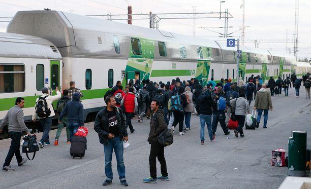 Turvapaikanhakijat odottivat junaa Kemin rautatieasemalla maanantaina.