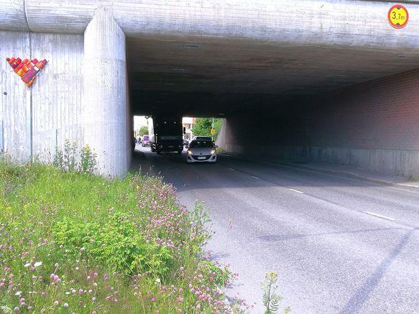 Kuljettaja oli ajanut sillan alle liian korkealla ajoneuvolla.