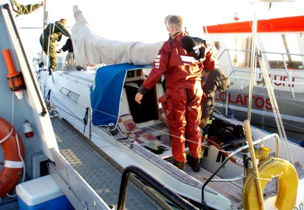 Porin merivartioaseman ja pelastuslaitoksen veneet pääsivät palopaikalle nopeasti.
