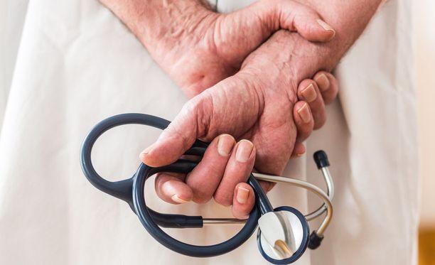 Eesti Päevalehden mukaan Viron terveydenhoitoalan viranomaiset eivät ole kiinnostuneita Suomen lupa- ja valvontavirasto Valviran päätöksistä.