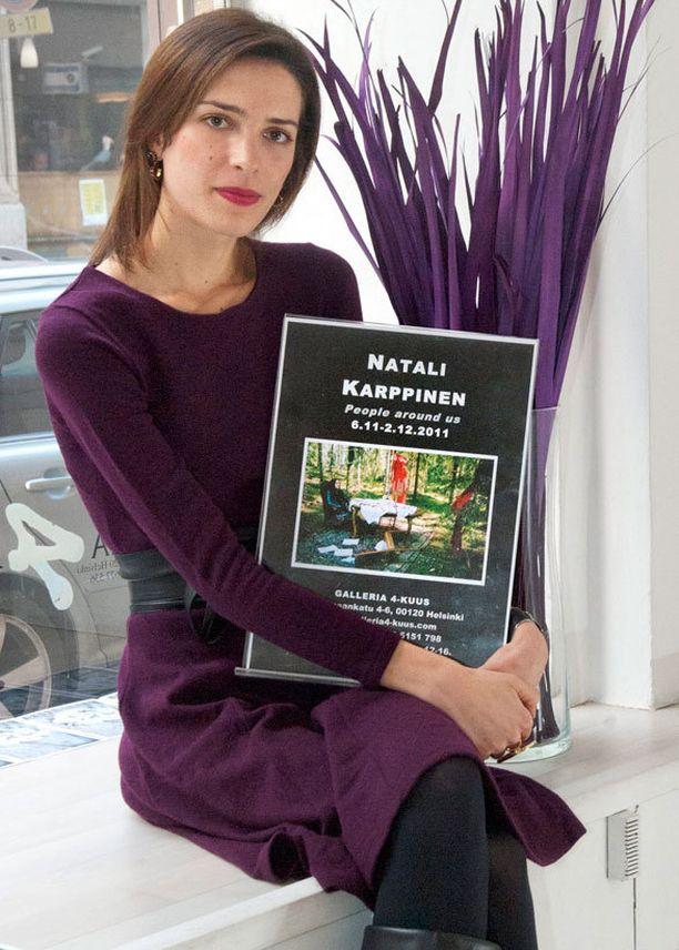 Natali Karppinen vuonna 2011 ensimmäisen näyttelynsä avajaisissa.